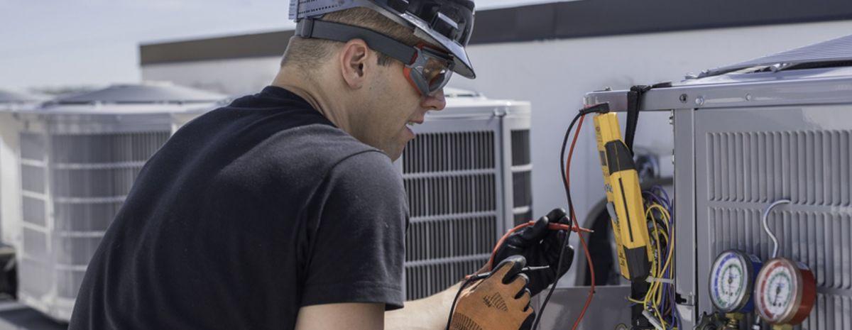 refrigeration technician mainting ac