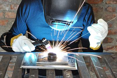 welder using tig
