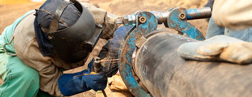 welding a pipeline